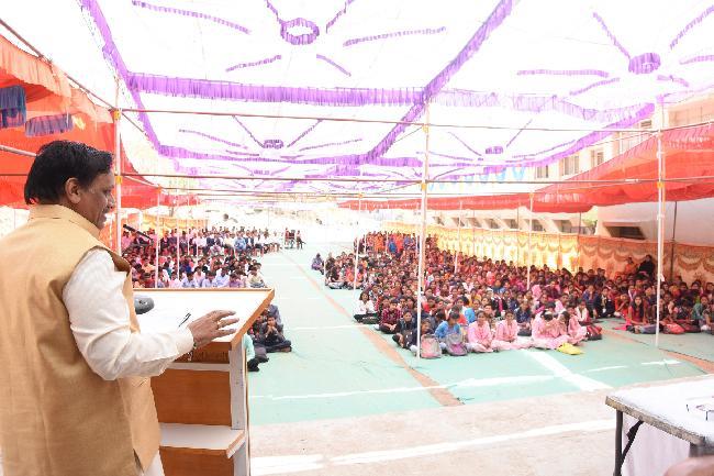 Mr Pradeep Niphadkar (Gazalkar) Speaking on the occasion of a Annual Prize Distribution Ceremony